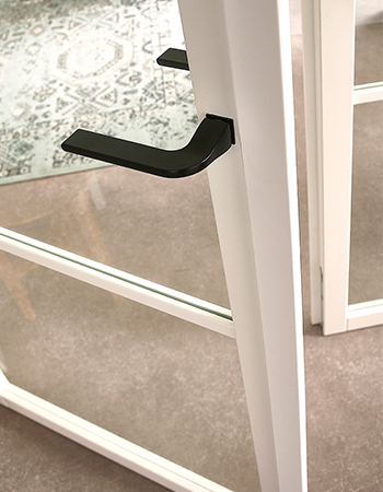Wit detail met zwarte deurkruk